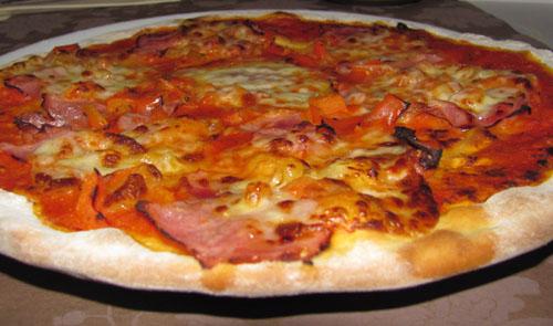 pizza mit tomaten mozzarella schinken und paprika rapid wien. Black Bedroom Furniture Sets. Home Design Ideas