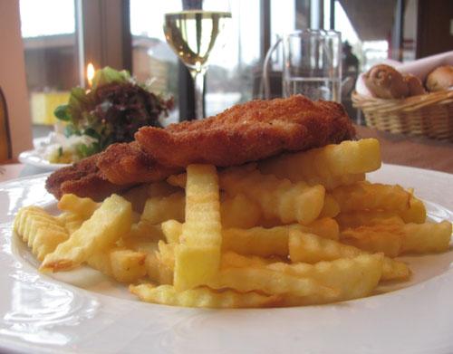 Gasthaus Haltestelle Oftering Cordon Bleu mit Pommes Frittes